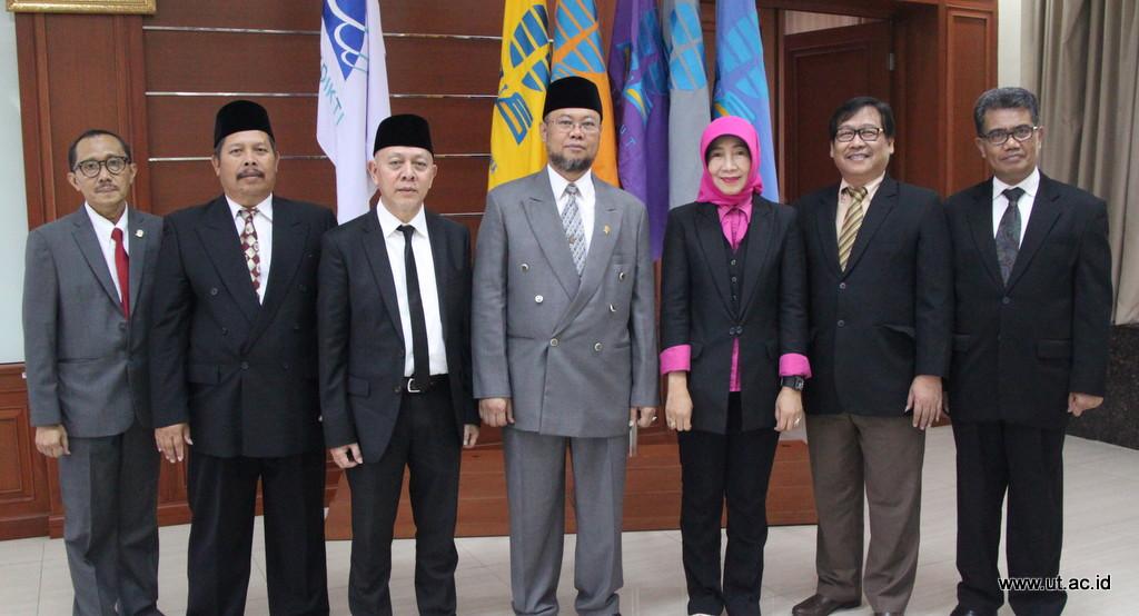 Foto Bersama Pimpinan UT dan Pegawai Purnabakti 2 Juli 2018